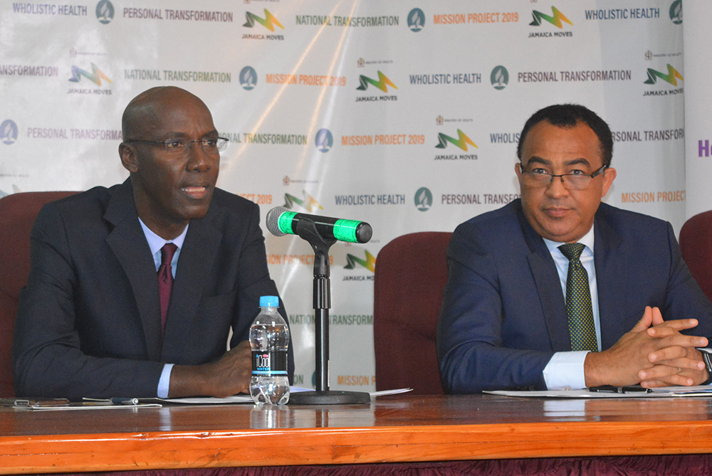 Everett Brown und Dr. Christopher Tufton (v.l.) bei der Pressekonferenz in Kingston, Jamaika